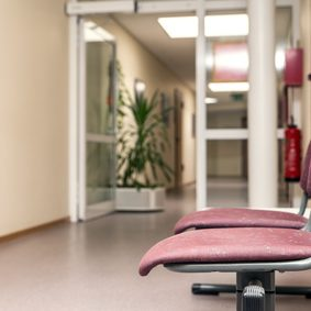 Warteraum leer für Arztpraxis oder Amt, Stühle zum warten